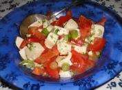 Tomatsallad med salladslök och mozarellaost.