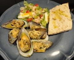 Ugnsgratinerade musslor med räksallad